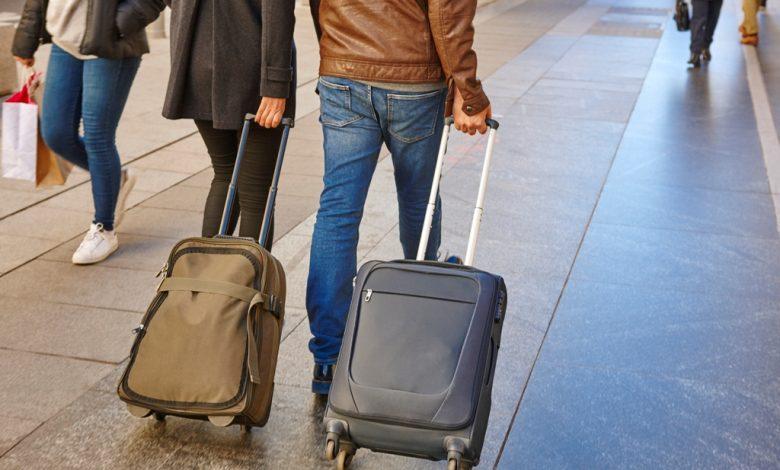Туристи с куфари в ръце